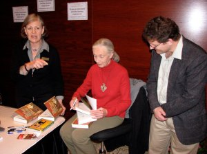 Autograph facilitator, Jane Goodall, UAP Managing Editor—Peter Midgley—avec flash