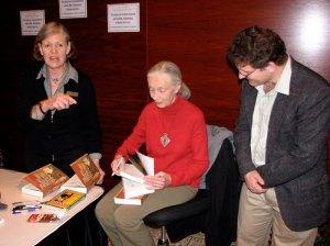 Autograph facilitator, Jane Goodall, UAP Managing Editor—Peter Midgley—avec flash